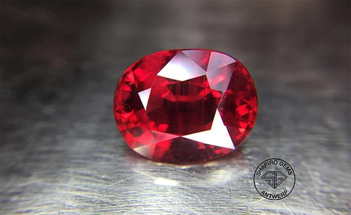 CARAT + se positionne sur le diamant et les pierres précieuses de couleurs
