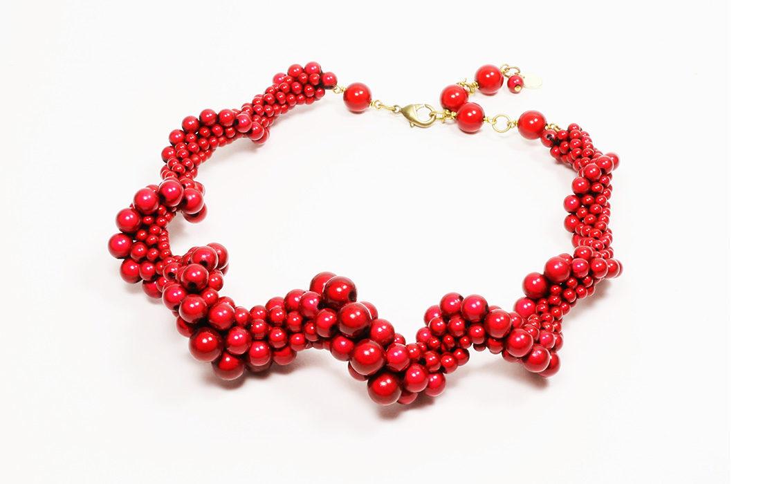 Emilie Roche réinvente le crochet perlé.